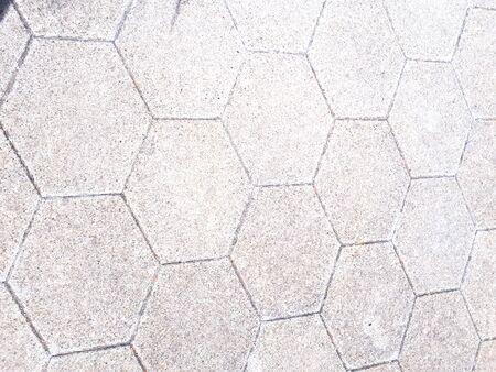 De weg is bedekt met tegels. Stockfoto