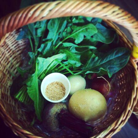 Mand met verse groenten Stockfoto