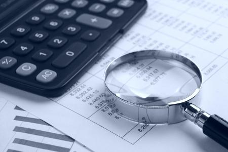 loupe: la loupe avec calculateur sur ton report.blue Banque d'images