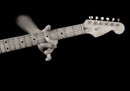 etapas de vida: tocando la guitarra el�ctrica vieja en blanco y negro