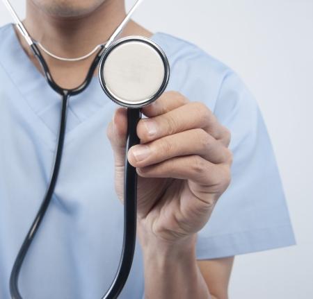 médico sosteniendo un estetoscopio