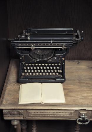 the typewriter: M�quina de escribir antigua en el escritorio con el libro