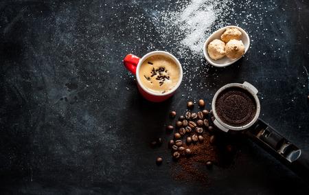 エスプレッソ コーヒー、クッキー、上から黒のカフェ テーブルの上の砂糖。フリー テキスト スペースの背景。