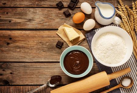 Bakken chocolade cake in landelijke of rustieke keuken. Achtergrond lay-out met vrije tekst ruimte.