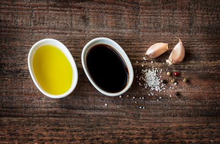 aceite de cocina: Vinagreta o aderezo franc�s ingredientes de la receta en el fondo de madera de �poca.
