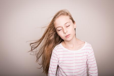 niño modelo: Ocho años de la muchacha bonita rubia caucásica niño. Modelo joven con el pelo hermoso recta larga natural. Diseño con copia espacio libre.