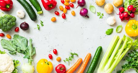 Cucina - verdure fresche colorate e colorate catturate dall'alto (vista dall'alto, piatto disteso). Piano di lavoro in pietra grigia come sfondo. Layout con spazio (copia) di testo libero. Archivio Fotografico - 80999289