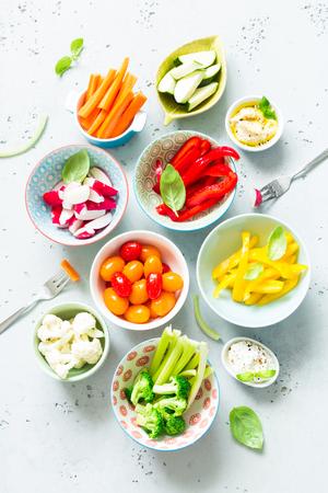 健康ダイエット ベジタリアン スターター (前菜)、スナック又は食品 - 新鮮なカラフルな有機スライス野菜とディップ。(トップ ビュー フラット レ