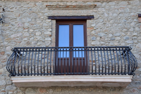 Balkonfassade mit antiker Wand Standard-Bild - 98430092