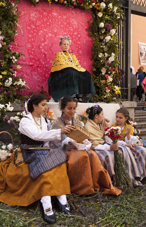 Traditional festival of Los Mayos and Las Mayas in the Lavapies neighborhood. Madrid, Spain 報道画像