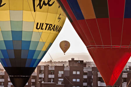 Segovia, Castilla y León. Spain - July 20, 2019: Aerostatic balloon festival over the city. Adventures with friends and family, flights. Flying at sunrise in a balloon 報道画像