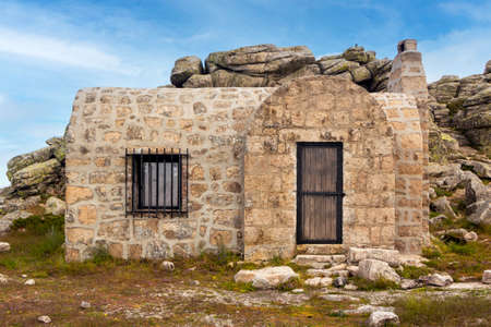 Mountain Refuge in Cueva Valiente. Between the provinces of Segovia, Avila and Madrid, Spain. In the Sierra de Guadarrama National Park 免版税图像