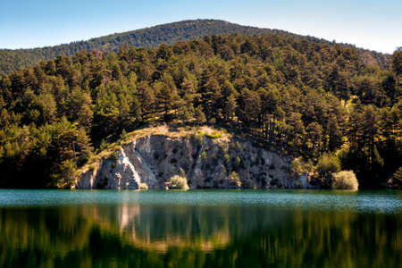 Route through the Moros river gorge, a lake with turquoise waters at the top of the mountain. In the Sierra de Guadarrama National Park, El Espinar, Castilla y Leon. 免版税图像
