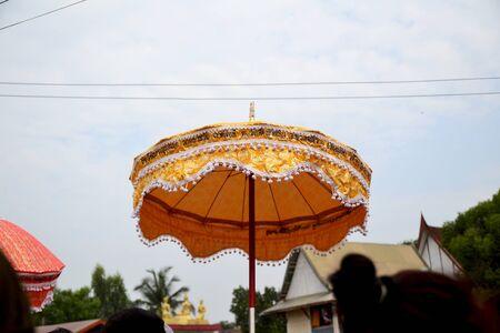 moine: parapluie moine bouddhiste en tha�