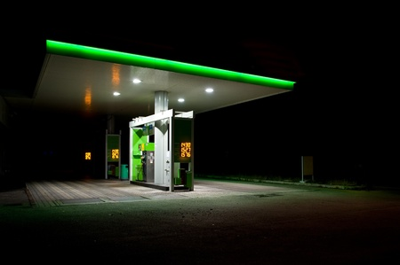bomba de gasolina: estaci�n de gas en la noche. Foto de archivo
