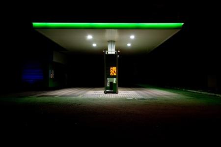 estación de gas en la noche.