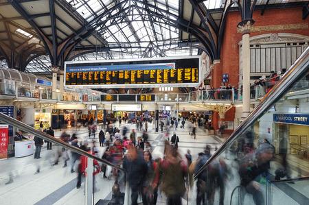 LONDEN, VERENIGD KONINKRIJK - 20 oktober 2013: Forenzen in Liverpool Street Station. Het jaarlijkse spoor gebruik passagiers tussen 2011 - 2012 was 13.835.000.