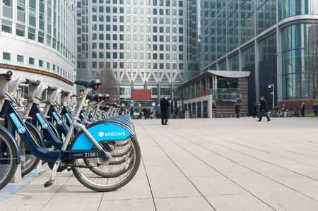 LONDEN - 10 april 2014: Barclays Cycle Hire in Canary Wharf. Barclays Cycle Hire (BCH) is een openbare fiets sharing systeem in Londen, momenteel met 8.000 cycli en 570 docking station. Redactioneel