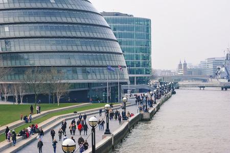 Mensen lopen in de buurt van City Hall Londen, Verenigd Koninkrijk