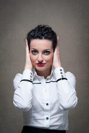 Zakelijke vrouw portret met wanhopige uitdrukking op grunge achtergrond