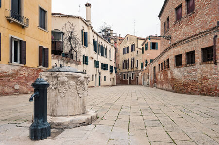 Typische plein en fontein Venetië, Italië Stockfoto