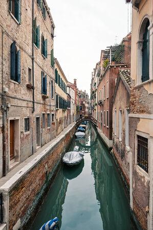 Typische kanaal van Venetië, Italië Redactioneel