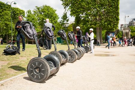 PARIJS, FRANKRIJK - 14 mei 2014 Toeristen een bezoek aan de stad in de buurt van de Eiffeltoren tijdens hun begeleide Segway tour van Parijs De Segway is een tweewielig, self-balancing, batterij-aangedreven elektrische auto Redactioneel