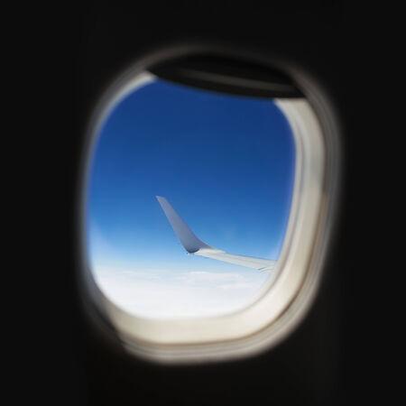 Avion aile avec le ciel vu de la fenêtre Banque d'images - 29605435