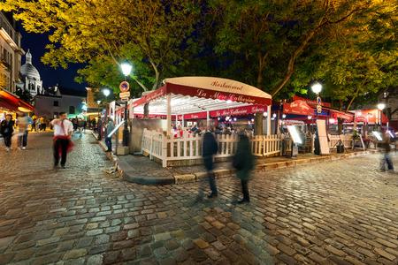 PARIS, FRANCE - 15 mai 2014 Les gens marchant dans le quartier de Montmartre la nuit Banque d'images - 29666046