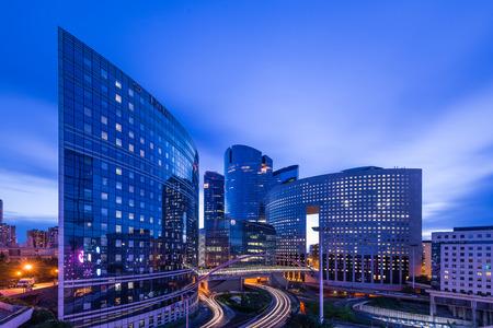 PARIS, FRANCE - 19 mai 2014 Vue de nuit de quaetier La Défense, un quartier d'affaires de Paris Banque d'images - 29666049
