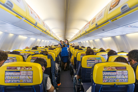 BARCELONA, Spanje - 30 mei 2014 Ryanair Jet vliegtuigen interieur view Redactioneel