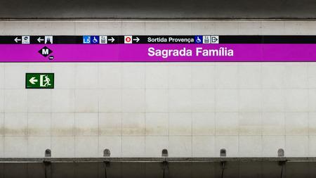 BARCELONE, ESPAGNE - 1 juin 2014 Sagrada Familia signe de métro Banque d'images - 29666055