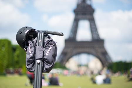 PARIS, FRANCE - 14 mai 2014 Segway garée en face de la Tour Eiffel à Paris Banque d'images - 29666059