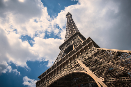 Eiffeltoren geïsoleerd tegen blauwe bewolkte hemel in Parijs, Frankrijk Stockfoto