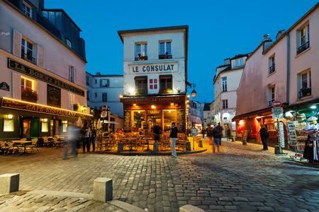 PARIJS, FRANKRIJK - 15 mei 2014 Le Consulat avond uitzicht, een typische cafe in Montmartre gebied Redactioneel