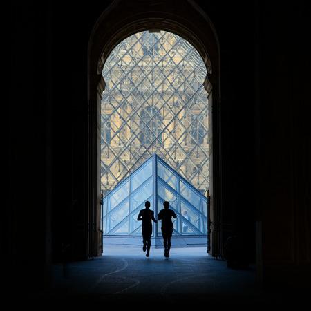 PARIJS, FRANKRIJK - 20 mei 2014 Silouette lopers in het Louvre Museum Redactioneel