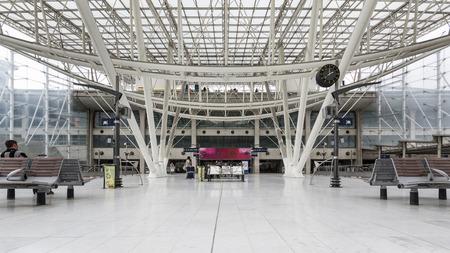 PARIS, FRANCE - 20 mai 2014 Vue de l'intérieur de la Gare de Nord qui se connecte à Charles De Gaulle TGV Aéroport Banque d'images - 29630943