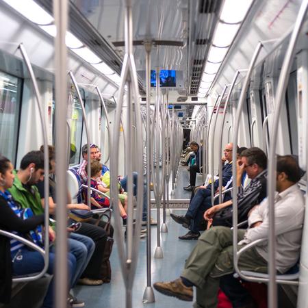 BARCELONE, ESPAGNE - 1 juin 2014 navetteurs en métro wagon Banque d'images - 29630950