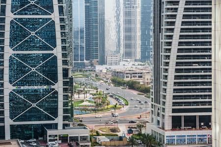 DUBAI, Émirats Arabes Unis - 27 mars 2014 Un horizon vue panoramique de la circulation dans Jumeirah Lakes Towers Banque d'images - 29853388
