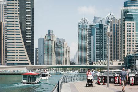 DUBAI, Verenigde Arabische Emiraten - 27 maart 2014 Een panoramisch uitzicht over de skyline van Dubai Marina Redactioneel