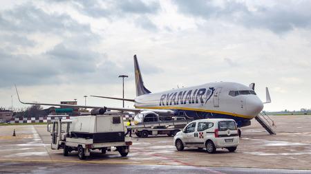Bologne, Italie - 26 mars 2014 Embarquement Ryanair Jet avion à l'aéroport de Bologne. Ryanair est la plus grande compagnie aérienne low-cost dans le monde Banque d'images - 29852027