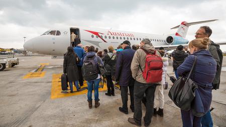VIENNE, AUTRICHE - 26 mars 2014 Embarquement autrichienne Jet avion Banque d'images - 29853414
