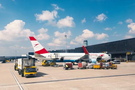 VIENNE, AUTRICHE - 26 mars 2014 Embarquement autrichienne Jet avion à l'aéroport de Vienne Banque d'images - 29853417