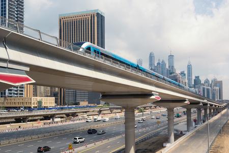 DUBAI, Verenigde Arabische Emiraten - 27 maart 2014 De trein nadert Jumeirah Lakes Toren metrostation Redactioneel