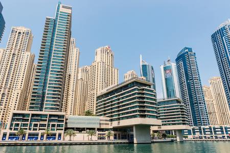 DUBAI, Verenigde Arabische Emiraten - 27 maart 2014 Een fiets huren van Dubai Marina Redactioneel