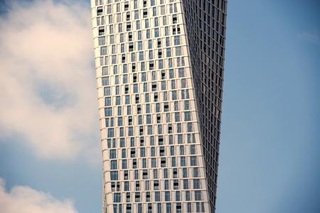 DUBAI, Émirats Arabes Unis - 27 mars 2014 Çayan Tour connu aussi comme Infinity Tower à Dubai Marina Banque d'images - 29853441