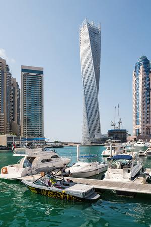 DUBAI, Émirats Arabes Unis - 27 mars 2014 Un horizon vue panoramique de Dubaï Marina et Cayan Tower connu aussi comme Infinity Tower Banque d'images - 29853443