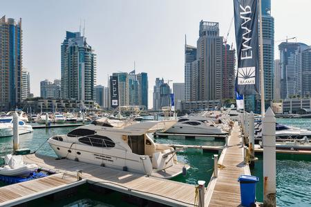 DUBAI, Émirats Arabes Unis - 27 mars 2014 Une location de vélo de Dubai Marina Banque d'images - 29853445