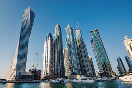 DUBAI, Verenigde Arabische Emiraten - 27 maart 2014 Een panoramisch uitzicht over de skyline van Dubai Marina en Cayan Tower ook bekend als Infinity Tower