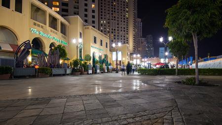 DUBAI, Émirats Arabes Unis - 27 mars 2014 Personnes marchant sur la promenade de Jumeirah Beach Residence Banque d'images - 29853449